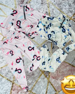 Conjunto de Tik Tok símbolo azul , compuesto por sudadera con puños en las mangas , cintura engomada , cremallera cromada en el escote , solapa de bolsillo canguro y pantalón con bolsillos , puños y cintura engomada , viene todo el interior afelpado. Tallas 4 a 14 años , (Tallas pares). Disponible también en color rosa. tik tok . compra online . artículos para mujer y niños . babydaiashop .