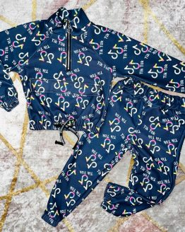 Conjunto Tik Tok doble color rosa , compuesto por sudadera con cremallera en el escote , puños en las mangas , solapa de bolsillo en el pecho y pantalón con puños , cintura engomada y bolsillos. Tallas 4 a 14 años (Tallas pares). Disponible también en azul marino oscuro. babydaiashop . compra online . artículos para mujer y niños.