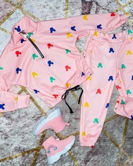 Conjunto minnie color rosa compuesto por sudadera con cremallera en el escote , puños en las mangas y pantalón con puños y bolsillos. Tallas 4 a 14 años , (Tallas pares). Puedes combinarlo con nuestras deportivas arcoíris disponibles en la sección de calzado. Disponible también en color negro. babydaiashop . compra online . artículos para mujer y niños.