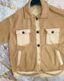 Sobre camisa , chaqueta de borrego color negra , super suave y calentita. Talla Unica hasta 44/46. Disponible también en color camel. babydaiashop . compra online . artículos para mujer y niños.