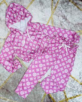 Conjunto fino color rosa , estilo lv , compuesto por sudadera con capucha , cintura y puños engomados y malla con bolsillos y cintura engomada. Tallas 4 a 14 años (Tallas pares). Disponible también en color lila o azul. babydaiashop . compra online . articulos para mujer y niños.