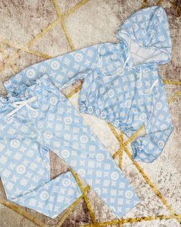 Conjunto fino color azul , estilo lv , compuesto por sudadera con capucha , cintura y puños engomados y malla con bolsillos y cintura engomada. Tallas 4 a 14 años (Tallas pares). Disponible también en color lila o rosa. babydaiashop . compra online . articulos para mujer y niños.